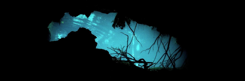 Entrada de una cueva para bucear